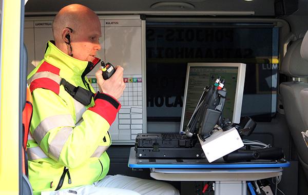 Pelastushenkilökunnan edustaja puhuu Virve-puhelimeen.