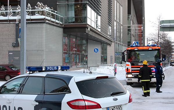 Poliisiauto ja ambulanssi kriisitilanteessa.