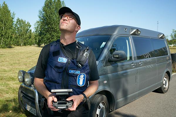 Vanhempi rikoskonstaapeli Aapo Hillman lennättää dronea.